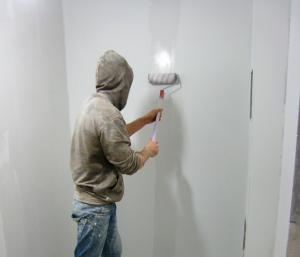 Залив квартиры соседями: ремонт потолков и стен