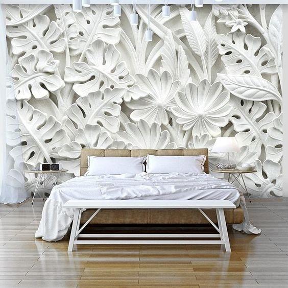 большой барельеф на стене в спальне