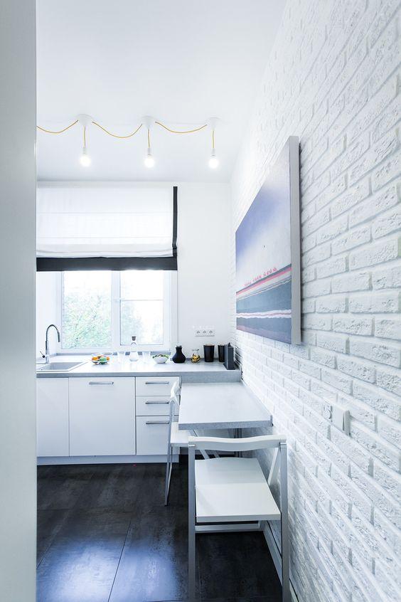 акцентная стена из кирпича в ванной