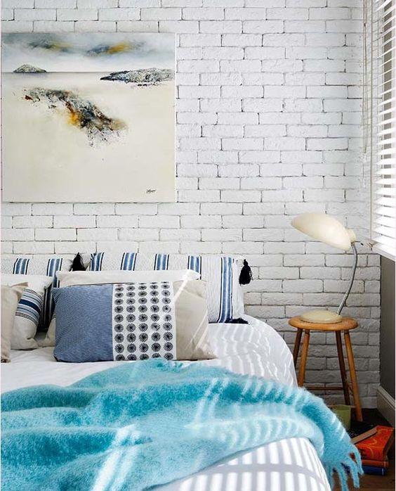 акцентная стена из белого кирпича