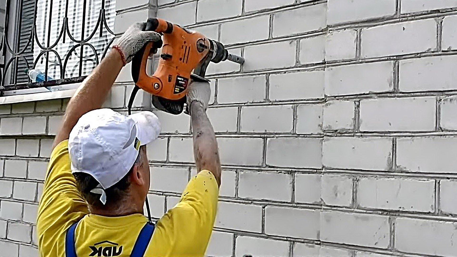дрель и кирпичная стена