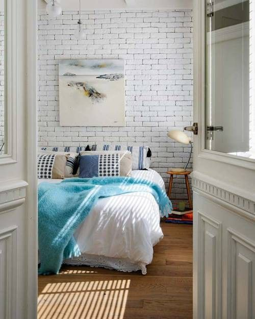 кирпичная кладка в интерьере спальной