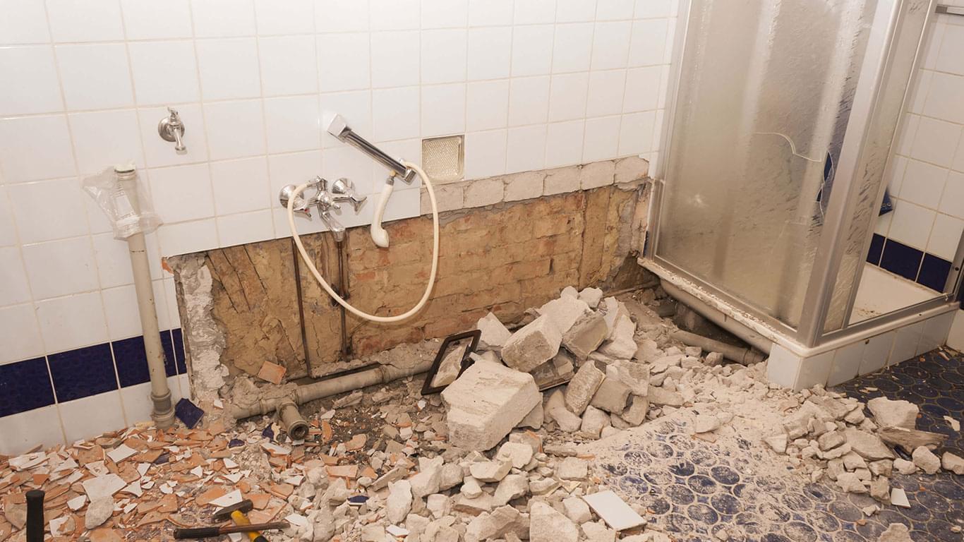 демонтаж стен санузла