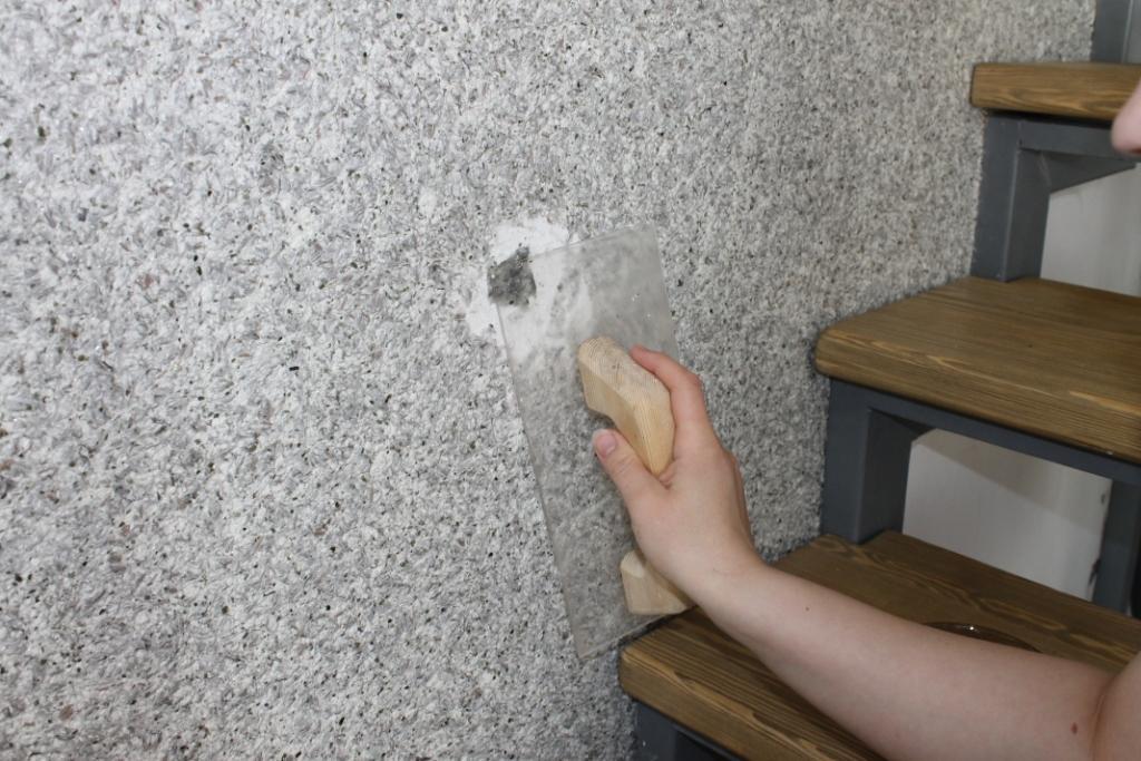 снятие жидких обоев со стен
