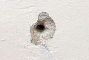 маленькое отверстие в стене