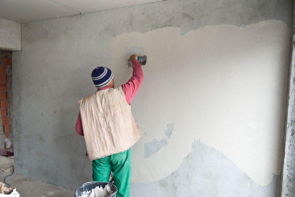 штукатурим бетонную стену