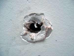 почему появляются дыры в стене