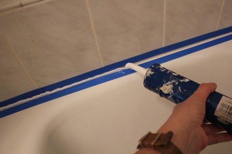 как засиликонить шов между ванной и плиткой